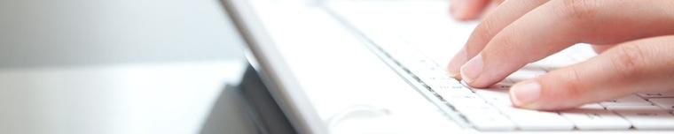 Obrazek slidera - dłonie piszące na klawiaturze